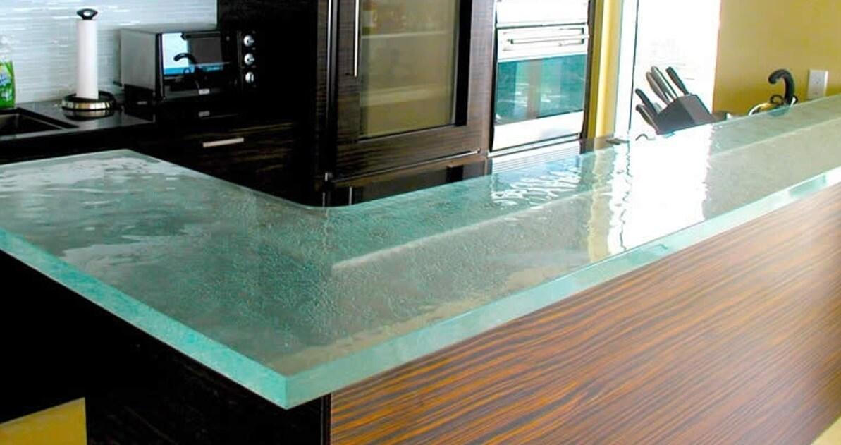 Стеклянные столешницы и поверхности на кухне