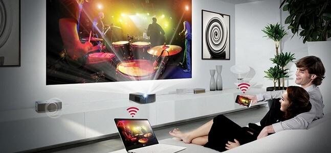 Телевизор-проектор в интерьере  в гостиной