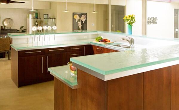 Стеклянные столешницы и поверхности на кухне: за и против