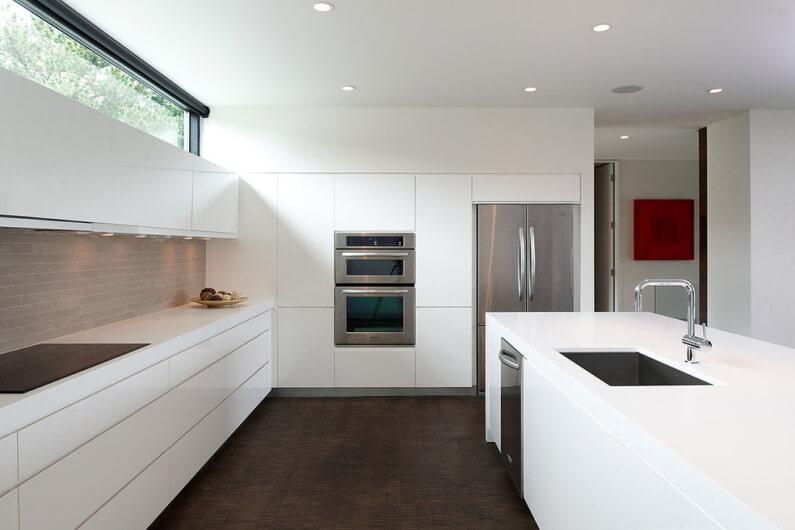 Шкафы без ручек в кухне: плюсы и минусы