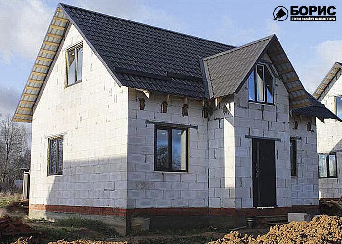 Двоповерховий будинок з газобетону без облицювання.