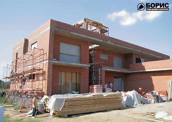 Великий цегляний будинок в процесі будівництва в Харкові.