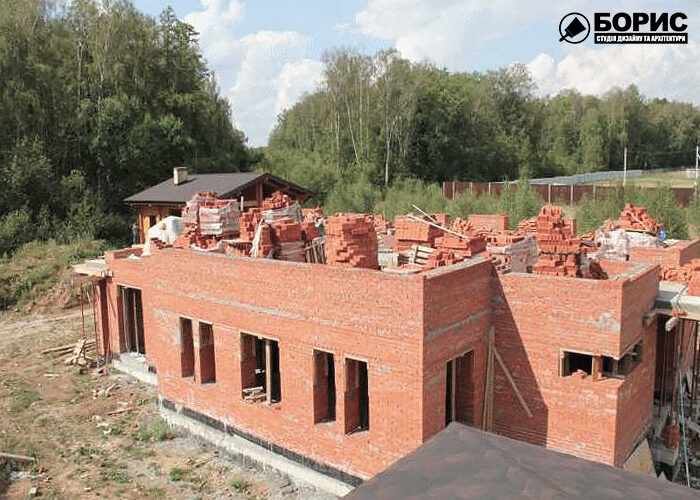Процес будівництва двоповерхового будинку в Харкові.