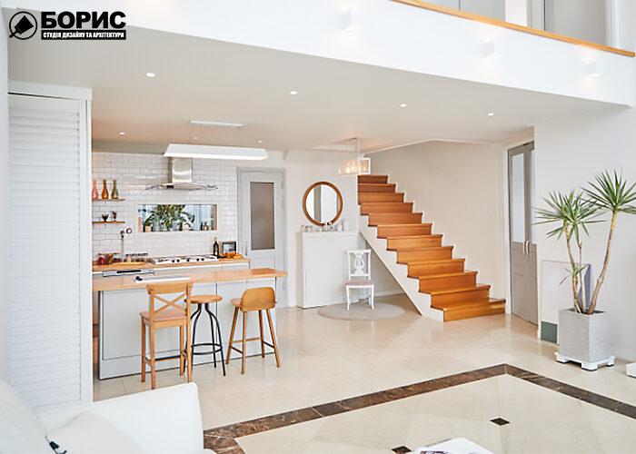 Кухня таунхауса с лестнице после современного ремонта.
