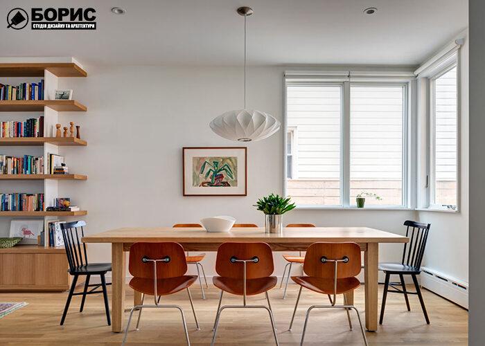 Обеденная зона таунхауса с большим столом и стульями.
